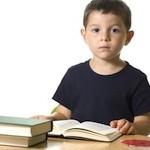 Junge, 6, liest Buch