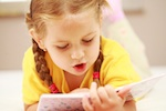 Laura, 4, liest Bücher